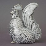 Stylized rooster, sitting - Fishnet Platinum
