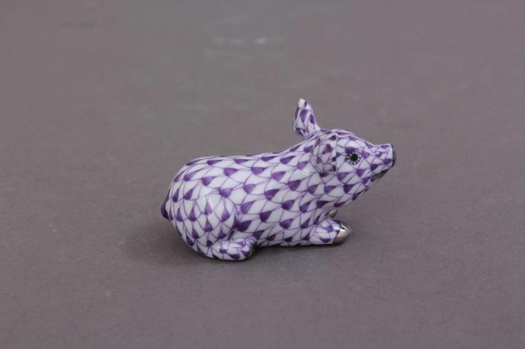 05354-0-00 VHL-PT 05354-0-00 VHL-PT Little Pig Lying - Fishnet Purple / Lilac Small cute pig figurine - hand painted with Herend's iconic fishnet decor