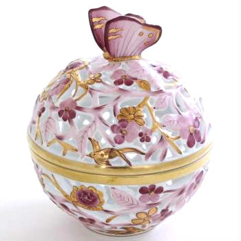 Bonbonniere, open-work, Butterfly knob C7 Hand cut open work bonbonniere with hand painted pur pur and gold decor. Comes with gift package and certificate. Original Herend Porcelain home decor pieces in the best price at Herend Canada