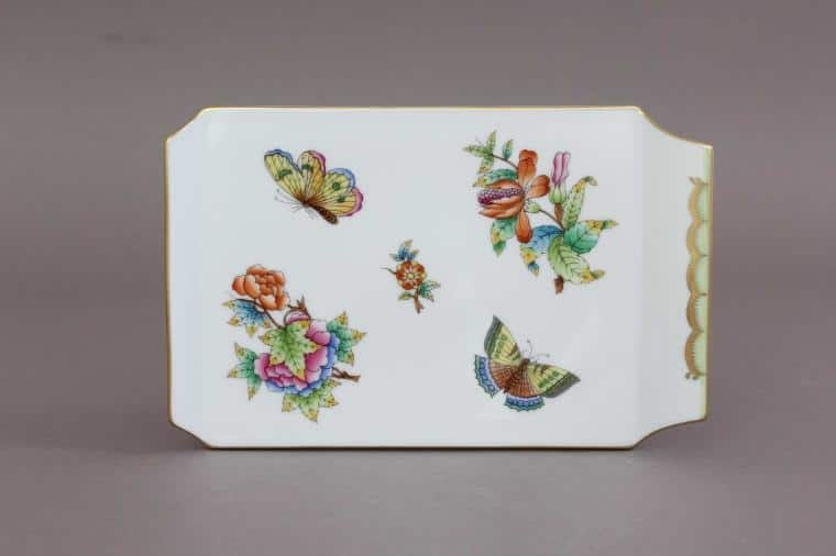02459-0-00 VBO Herend Cheese Board - Queen Victoria Dimensions: 20 cm * 13 cm Handpainted with Queen Victoria's favourite decor hand painted with peony roses and butterflies.